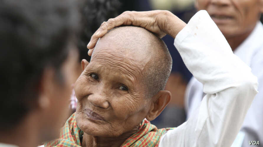 A Cambodian gestures outside the Extraordinary Chambers in the Courts of Cambodia (ECCC) courtroom during the trial of former Khmer Rouge leaders on the outskirts of Phnom Penh Jan. 10, 2012.