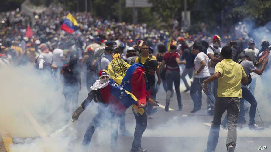 Demonstrators clash with the Bolivarian National Police during a protest in Caracas, Venezuela, April 10, 2017.