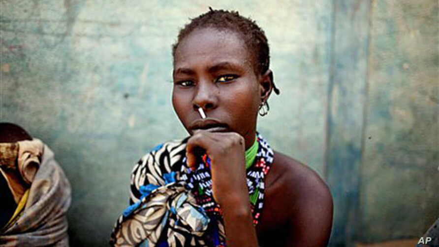 A woman from the Murle tribe awaits food distribution in the town of Pibor, South Sudan, February 2, 2012. The Murle of South Sudan's Jonglei State, have been involved in fierce tribal violence with the neighboring Lou Nuer tribe. The two groups have