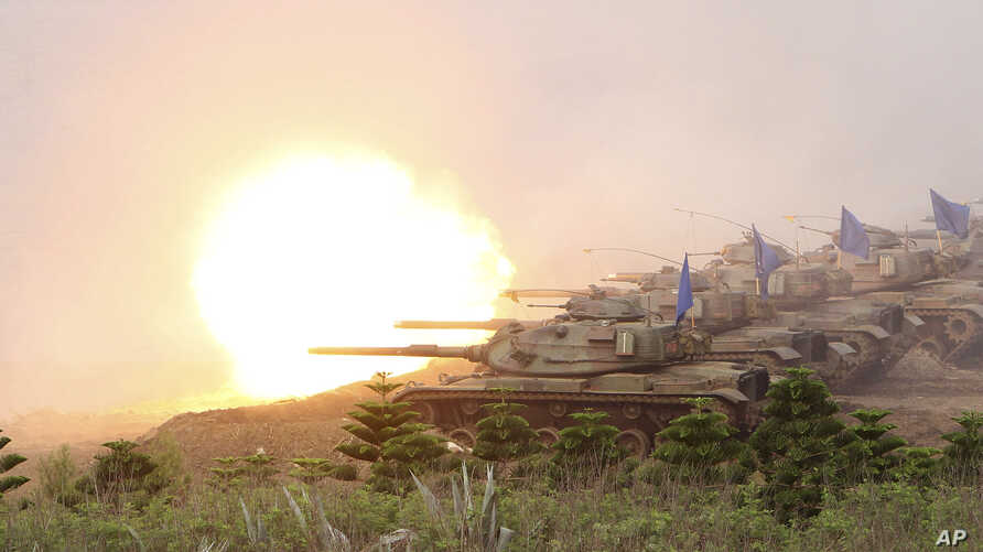 Taiwanese military's M60A3 Patton tanks fire a round during Han Kuang military exercises in Penghu county, Taiwan, April 17, 2013.