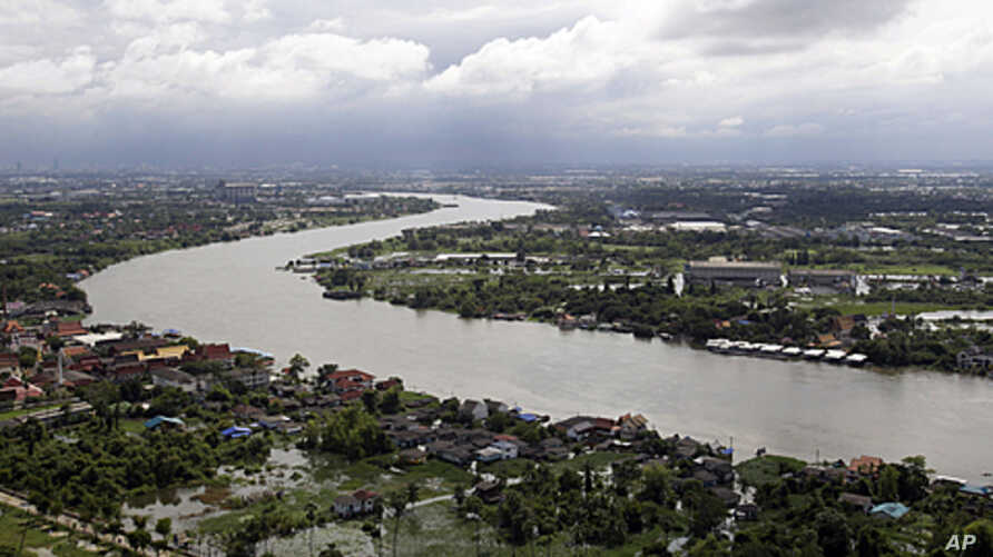 Areas adjacent to the Chao Phraya River are submerged by floodwaters in Pathum Thani province, north of Bangkok, Thailand, October 17, 2011.