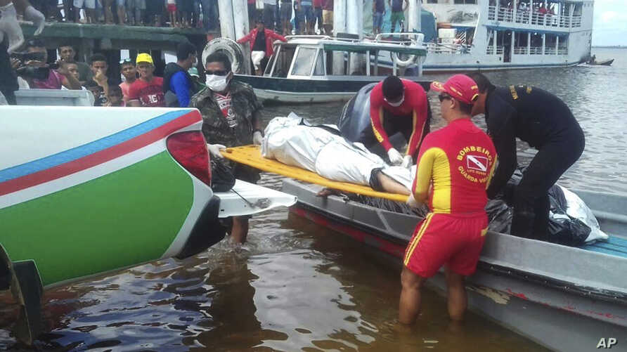 "In this photo released by Brazil's Secretary of Social Communication, rescue workers carry a body recovered from the Xingu River, in Porto de Moz, in Para state, Brazil, Thursday, Aug. 24, 2017, during a search mission for the passengers of the ""Coma"