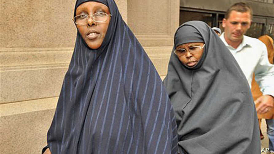 Hawo Mohamed Hassan (L) and Amina Farah Ali, both of Rochester, Minnesota, leave the U.S. District Court after appearing at a hearing in St. Paul, Minnesota, August 2010. (file photo)