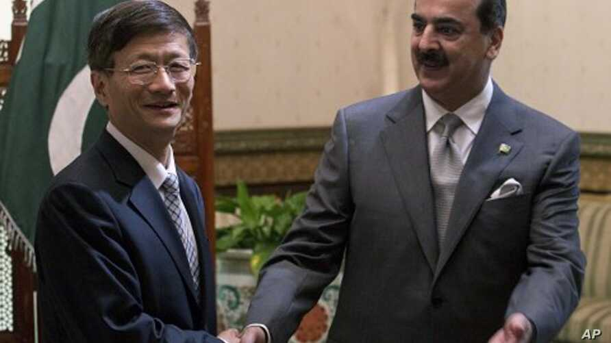 Chinese Public Security Minister Meng Jianzhu, left, shakes hands with Pakistan's Prime Minister Yusuf Raza Gilani in Islamabad, Pakistan, September 27, 2011.