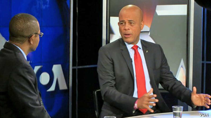 Haitian President Michel Martelly (r) during an interview at VOA headquarters in Washington, Feb 7, 2014.