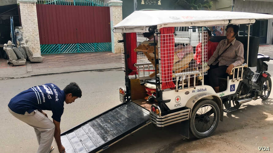 """Mobilituk,"" a tuk tuk designed by Agiel Development Group to assist disabled person on their travel in Phnom Penh on December 21, 2016. (Hean Socheata/ VOA Khmer)"