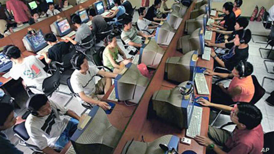 Chinese youths use computers at an Internet cafe in Beijing, June 2005 (file photo)