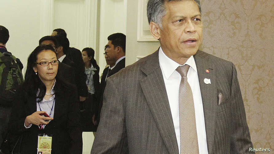 ASEAN Secretary-General Surin Pitsuwan arrives at the 20th ASEAN summit at the Peace Palace in the Office of the Council of Ministers in Phnom Penh, April 2, 2012.