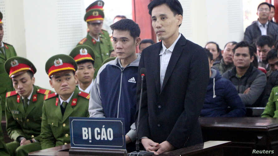 Vietnamese prominent dissidents Hoang Duc Binh (R) and Nguyen Nam Phong stand at a court in Nghe An province, Vietnam, Feb. 6, 2018. ( VNA/Bich Hue/via Reuters)