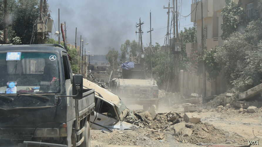 Neighborhoods in west Mosul, Iraq, are devastated after the fighting, and many Iraqi-controlled areas have almost no families left. June 4, 2017. (H. Murdock/VOA)