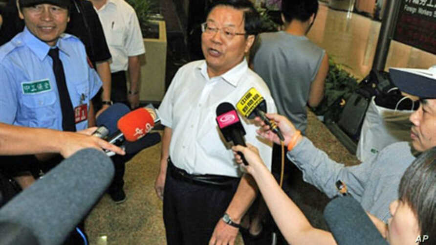 Cai Wu (C), Chinese Culture Minister, speaks to journalists at Taoyuan International Airport, 02 Sep 2010