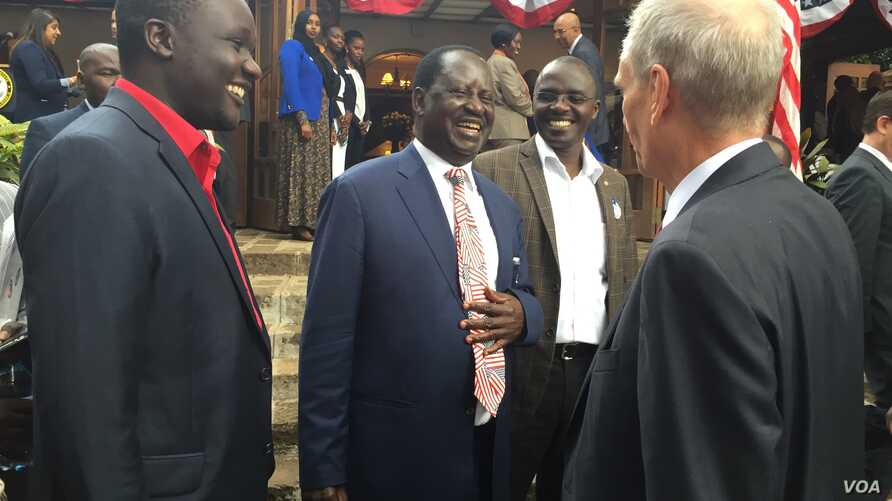 Kenya's opposition leader Raila Odinga speaking to U.S. Ambassador Robert Godec during an election results watch breakfast at the ambassador's home in Nairobi, 9 Nov. 2016.