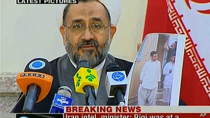 An image grab taken from Iran's English-language official Press TV station shows Iranian Intelligence Minister Heydar Moslehi showing a picture of top Sunni militant Abdolmalek Rigi during a press conference in Tehran, 23 Feb 2010