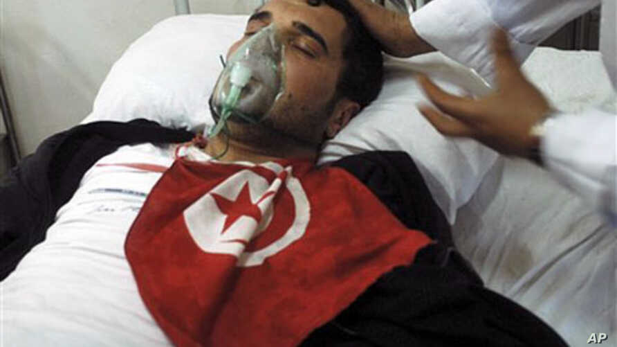 A wounded protester is treated at the Aziza Othmana hospital after clashes in Tunis, Jan 26 2011