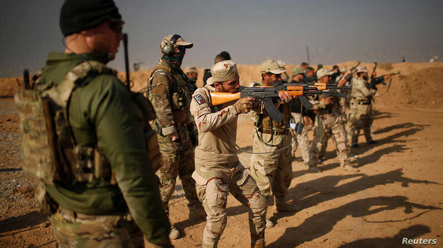 Members of the U.S. Army Special Forces provide training for Iraqi fighters from Hashid Shaabi at Makhmur camp in Iraq, Dec. 11, 2016.