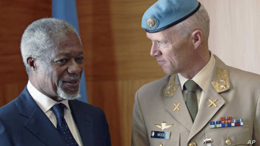 Joint Special Envoy for Syria Kofi Annan (L) speaks with Major-General Robert Mood of Norway during a meeting at the United Nations in Geneva, April 4, 2012.