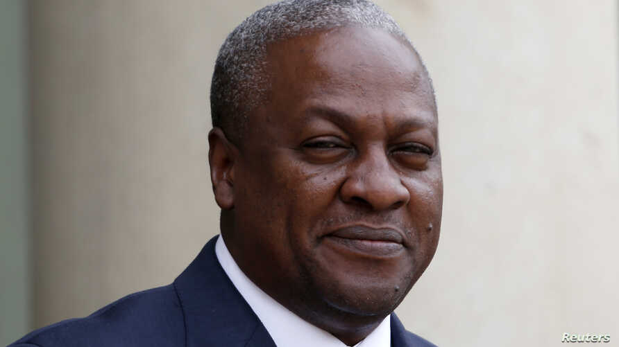 Ghana's President John Dramani Mahama arrives for a meeting with France's President at the Elysee Palace in Paris, May 28, 2013 file photo.  REUTERS/Charles Platiau (FRANCE - Tags: POLITICS HEADSHOT) - RTX1040U