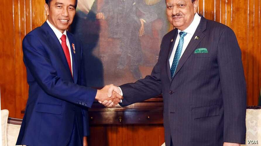 Pakistan President Mamnoon Hussain shaking hands with Indonesian President Ir. H. Joko Widodo at the Aiwan-e-Sadr, Islamabad on Jan. 26, 2018. (Pakistan Press Information Dept.)