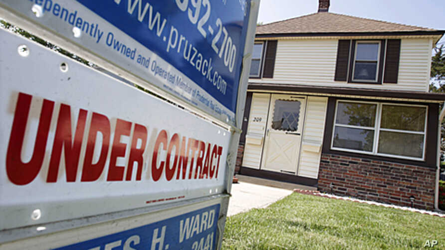 A sign says 'under contract' in front of a house in Point Pleasant Beach, New Jersey, May 27, 2011 (file photo)