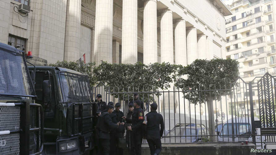 Riot police stand guard in front of an appeals court in Cairo January 1, 2015. Egypt's highest court cancelled jail sentences against three journalists working for Al Jazeera television on Thursday and ordered a retrial, a defence lawyer said, in a c