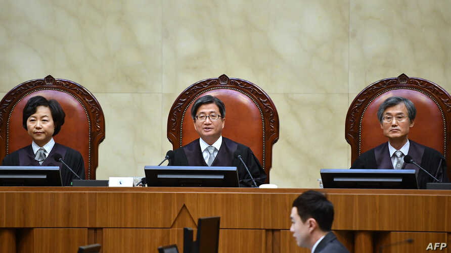 South Korea's Supreme Court chief justice Kim Myeong-su (C) delivers the court's ruling on a conscientious objector's conviction of refusing to do mandatory military service, at the court in Seoul, Nov. 1, 2018.