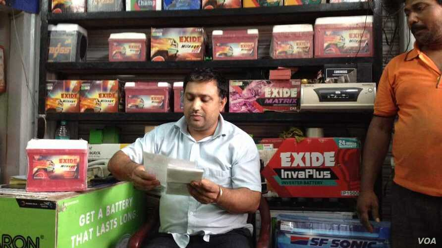 Like thousands of businesses as currency shortages ease, sales have bounced back for Charanjit Yadav, who sells generator sets and batteries in the business hub of Gurugram near New Delhi. (A. Pasricha/VOA)