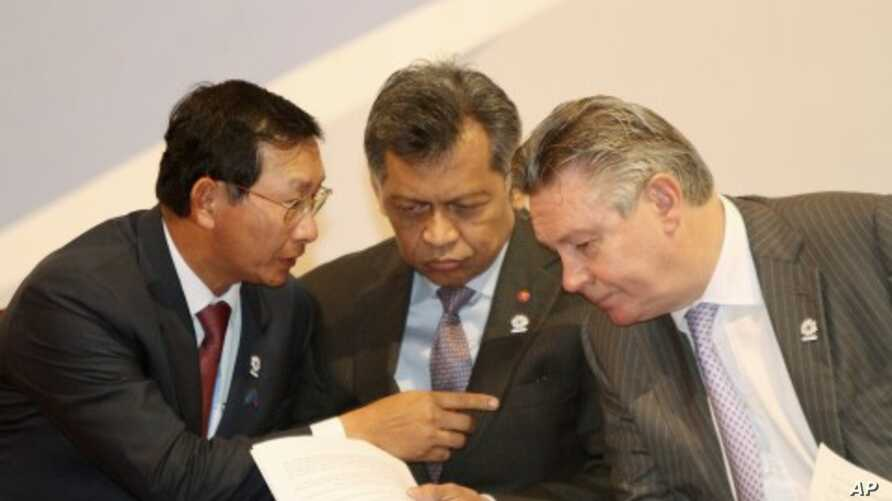Cambodia's Deputy Prime Minister and Minister of Commerce Cham Prasidh (L) talks to EU Trade Commissioner Karel De Gucht (R), as ASEAN Secretary-General Surin Pitsuwan, listens during the opening ceremony of the 2nd ASEAN-EU business summit meeting i