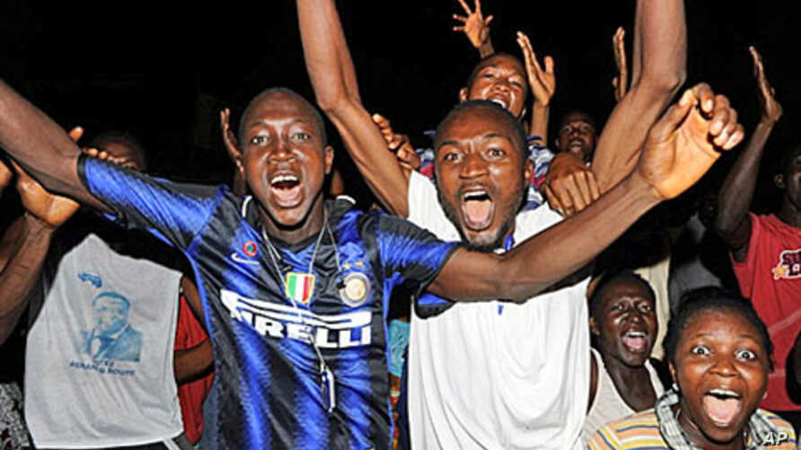 People celebrate after the Guinea's Supreme Court validated Alpha Conde's victory in Conakry, 3 Dec 2010.