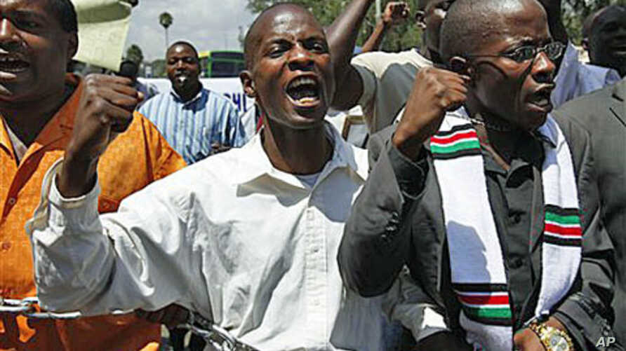 A handful of anti-corruption demonstrators hold a chain during a protest in downtown Nairobi, 17 Feb 2010 (file photo)