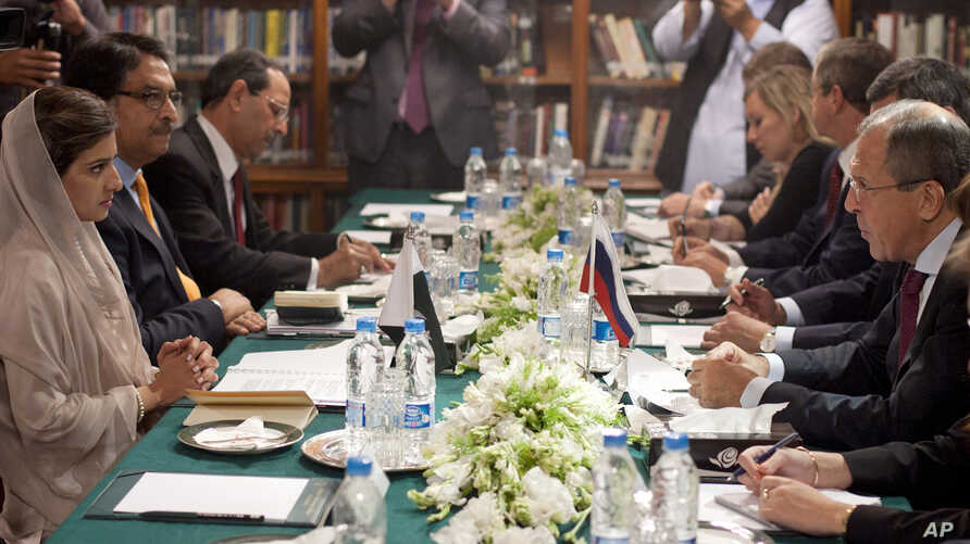 Pakistan's Foreign Minister Hina Rabbani Khar, left, holds talks with her Russian counterpart Sergey Lavrov in Islamabad, Pakistan, October 4, 2012.