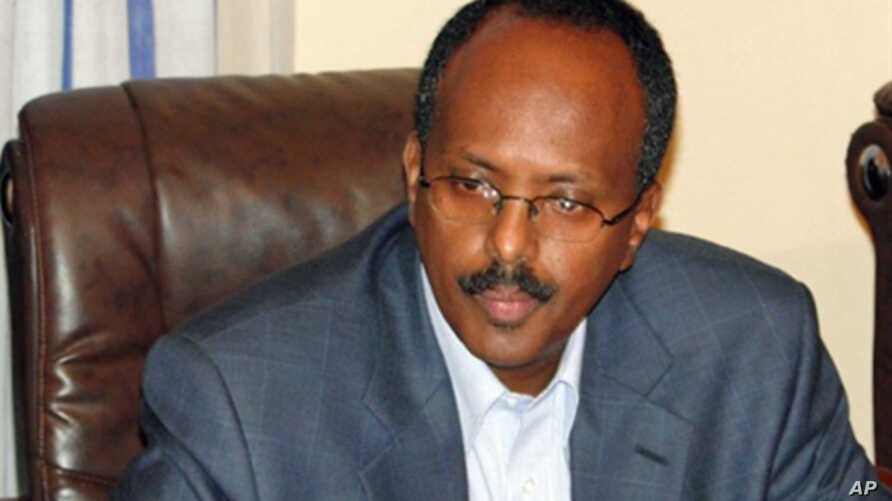 Newly appointed Prime Minister for Somalia Mohamed Abdulahi speaks during a briefing at the presidential palace in Mogadishu, 14 Oct. 2010