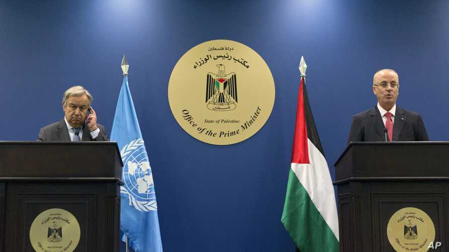 Palestinian Prime Minister Rami Hamdallah, right and U.N. Secretary-General Antonio Guterres attend a press conference following their meeting at the Prime Minister's Office, in the West Bank city of Ramallah, Tuesday, Aug. 29, 2017.
