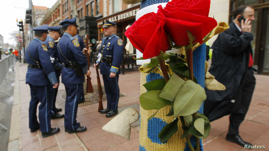 Roses hang on a lamp post near the site of the second bomb blast on the one year anniversary of the Boston Marathon bombings in Boston, Massachusetts April 15, 2014.   REUTERS/Brian Snyder (UNITED STATES - Tags: SPORT ATHLETICS CRIME LAW ANNIVERSARY)...