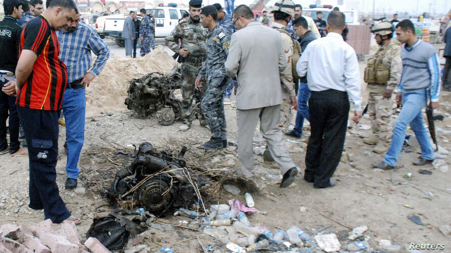 Iraqi security forces inspect the site of a car bomb attack in Kut, 150 km (93 miles) southeast of Baghdad, Nov. 28, 2013.