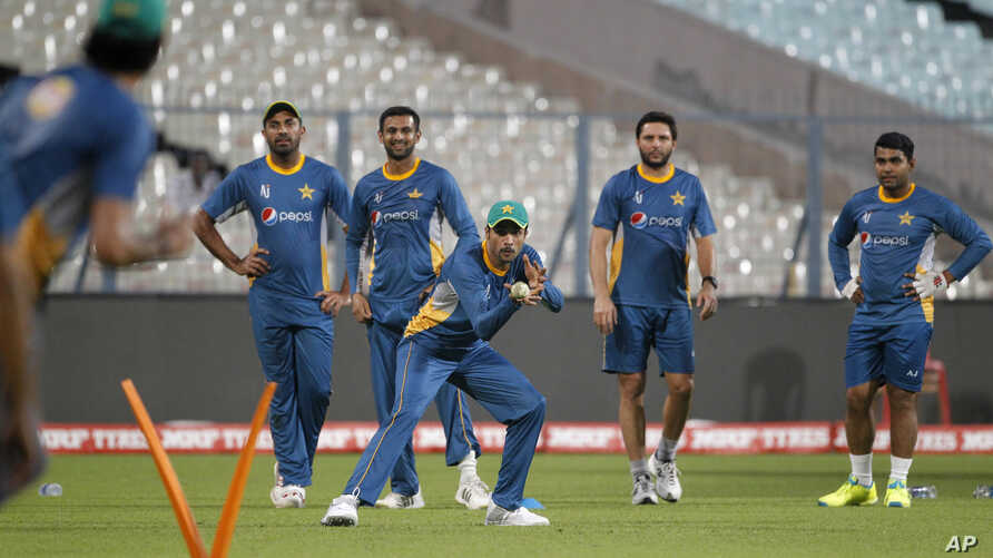 Watched by team mates, Pakistan's Mohammad Amir, third right, practices taking catches during a training session ahead of the ICC World Twenty20 2016 match against India in Kolkata, India, March 18, 2016.