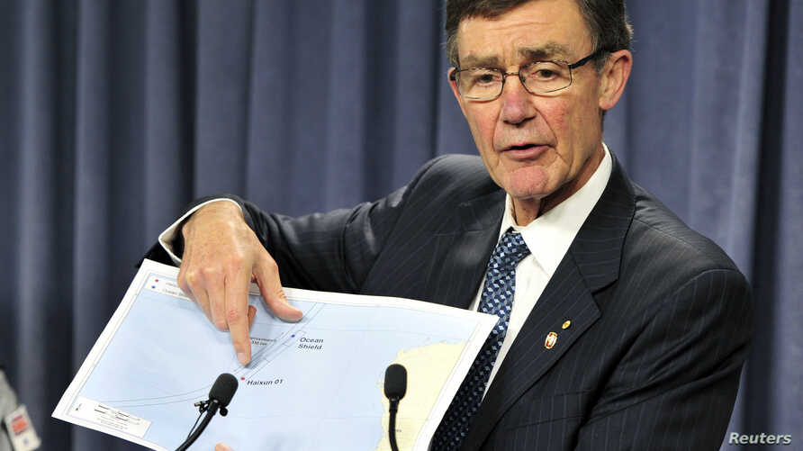 Angus Houston, head of the Australian agency coordinating the search for missing Malaysian Airlines Flight MH370, points to a map as he speaks during a news conference in Perth, April 7, 2014.