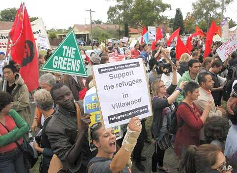 Activists in support of refugees claiming asylum in Australia rally outside Villawood detention center in Sydney (File 2011)
