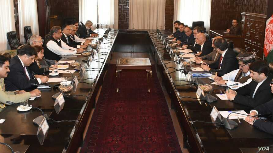 Pakistan Prime Minister Shahid Khaqan Abbasi and Afghan President Ashraf Ghani lead their respective delegations in formal talks, April 6, 2018, in the presidential palace in Kabul.