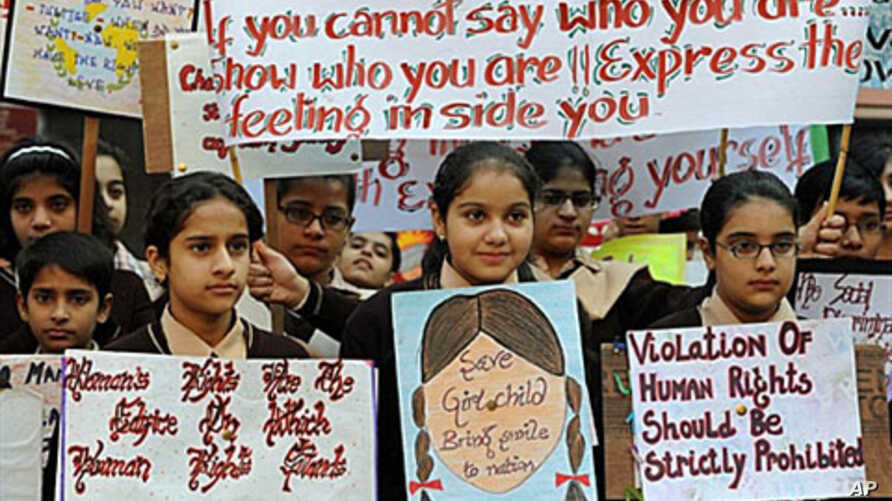 Indian school children pose with placards for World Human Rights Day in Amritsar, India, Dec 10, 2009 (file photo)