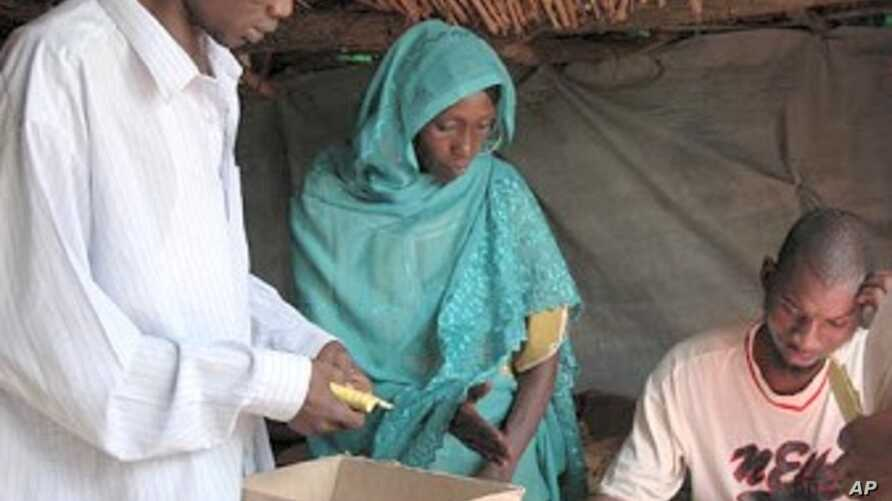 Sudanese refugees seek health services in Chad.
