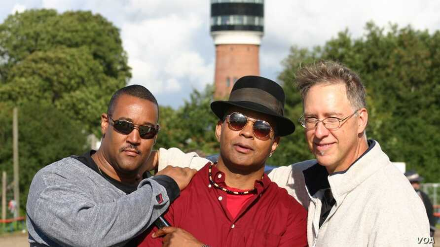 Left to Right - Nerek Roth Patterson (Electric Guitar), Guy Davis and Mark Murphy (Bass) (Photo: Thom Wolke © 2006)