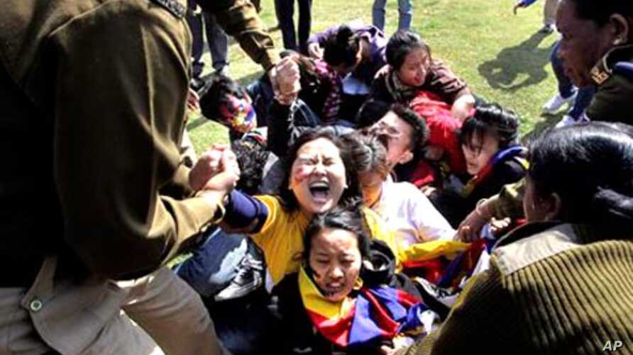 Indian police detain Tibetan exiles during a protest outside the Chinese Embassy in New Delhi, India, February 16, 2012.