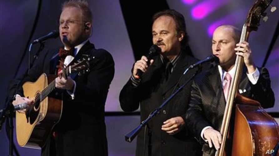 Jimmy Fortune, center, former member of the Statler Brothers, performs with Jamie Dailey, left, and Darrin Vincent, right, during the International Bluegrass Music Awards show in Nashville, Tennessee, 30 Sept.  2010
