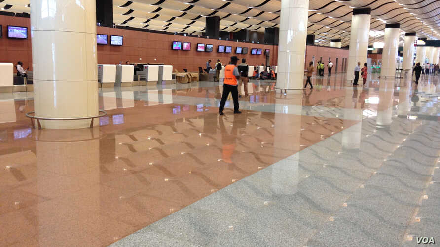 Le hall de l'Aéroport international Blaise Diagne à Diass, Sénégal. (VOA/Seydina Aba Gueye)