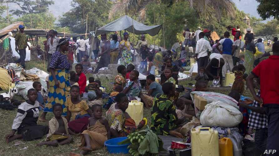 Refugees from eastern Democratic Republic of Congo (DRC) wait at the Busunga border in western Uganda, July 13, 2013.