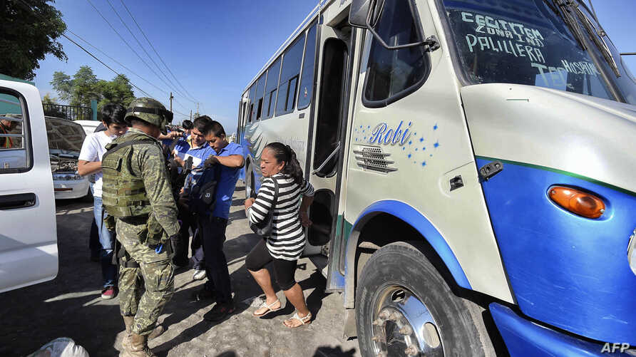 FILE - Mexican soldiers inspect vehicles in a checkpoint at the entrance of the Apatzingan community, state of Michoacan, Mexico, January 12, 2015. A deadly clash erupted on January 6th between federal forces and civilians in Apatzingan, killing at l