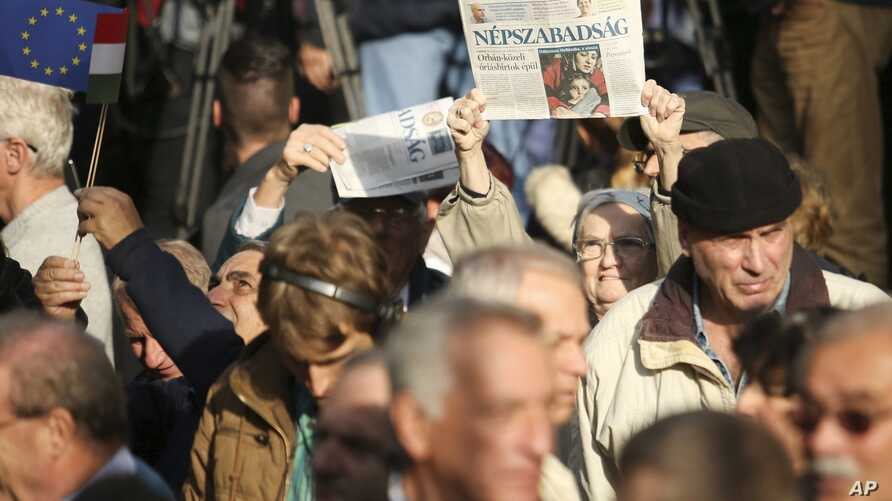 Supporters of opposition parties attend a demonstration organized against corruption and to express solidarity with Hungarian political daily Nepszabadsag in downtown Budapest, Hungary, Oct. 16, 2016.
