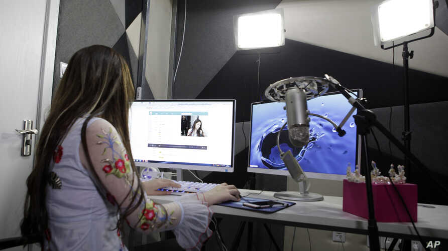 Web performer Zhang Qige broadcasts a live streaming session at an Internet broadcasting studio in Shanghai, Feb. 19, 2016.