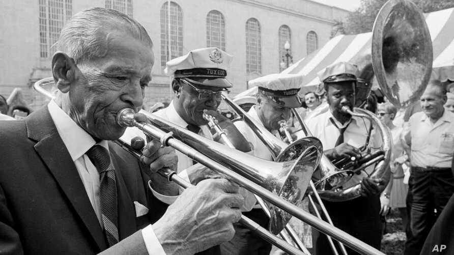 """Edward """"Kid"""" Ory, 84, left, joins in a few notes with the Tuxedo Brass Band in New Orleans, where he returned after an absence of 52 years, April 22, 1971."""