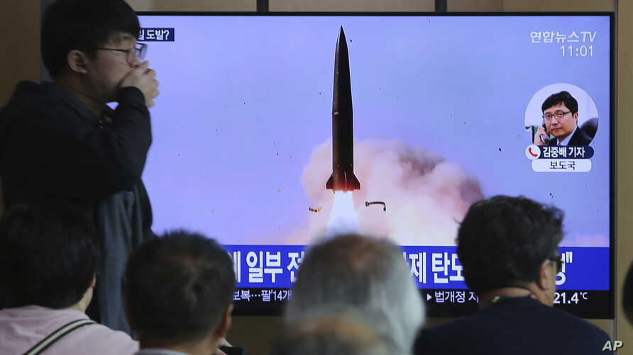 People watch a TV showing a news program reporting North Korea's missile launch, at the Seoul Railway Station in Seoul, South Korea, May 5, 2019.